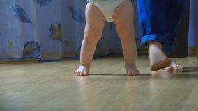 Zako?czenie dziecka ` s i?? na piechot? bra? ich pierwszych kroki zdjęcie wideo
