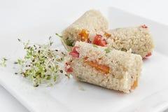 Zakończenie earthenware puchar z quinoa gulaszem z warzywami zdjęcia stock