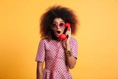 Zakończenie fotografia zdziwiona retro kobieta z afro fryzura chwytem Obraz Stock