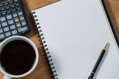 Zakończenie kawowy kubek z pustym dzienniczkiem, piórem i kalkulatorem, Zdjęcie Stock