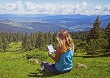 Zakończenie kobiety czytelniczy ebook w naturze fotografia royalty free