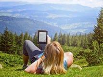 Zakończenie kobiety czytelniczy ebook w naturze obrazy royalty free