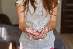 Zakończenie kobiety mienia dziecka fracht Obrazy Stock