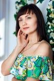 Zakończenie kobiety w jaskrawej lato sukni patrzeje i pozy Fotografia Stock