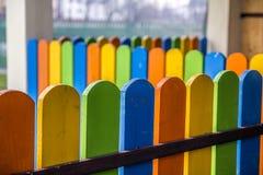 Zakończenie kolorowe drewniane deski na ogrodzeniu Zdjęcie Stock