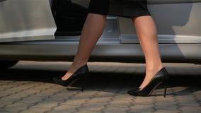 Zako?czenie m?oda dama w ?aciastej sukni dostaje z samochodu i spacer?w drog? Niskiego kąta widok Z ostrością Na kobiet nogach zdjęcie wideo