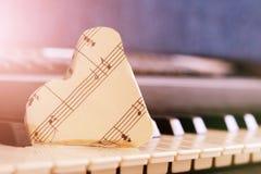 Zakończenie muzyczny wynik na fortepianowej klawiaturze, serce papier Fotografia Stock