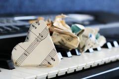 Zakończenie muzyczny wynik na fortepianowej klawiaturze, serce papier Zdjęcie Stock