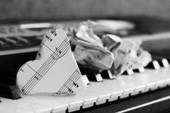 Zakończenie muzyczny wynik na fortepianowej klawiaturze, serce papier Zdjęcia Stock