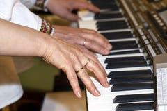 Zako?czenie muzyk up wr?cza klasyczny fortepianowy bawi? si? Muzyk ręki Scena pianista ręki Męski muzyk bawić się Midi klawiaturę zdjęcie royalty free