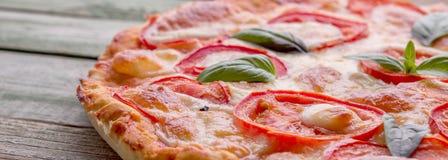 Zakończenie pizza na starym drewno stole Obrazy Stock