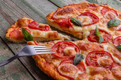 Zakończenie pizza z rozwidleniem na zielonym drewno stole Zdjęcie Royalty Free