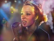 Zakończenie portret kobieta piosenkarz Zdjęcia Stock
