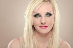 Zakończenie portret seksowna blondynki dziewczyna z zielonymi kotów oczami Zdjęcie Royalty Free