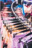 Zakończenie seksowni kobieta majtasy w moda sklepie Seksowni majtasy w zakupy centrum handlowym Obrazy Stock
