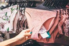 Zakończenie seksowni kobieta majtasy w moda sklepie Seksowni majtasy w zakupy centrum handlowym Fotografia Royalty Free