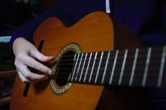 Zako?czenie someone bawi? si? gitar? zdjęcie stock