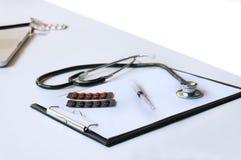 Zakończenie stetoskop i papier na bielu stole Obrazy Stock