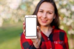Zako?czenie up kobieta pokazuje pustego pionowo telefonu ekran na ulicie fotografia royalty free