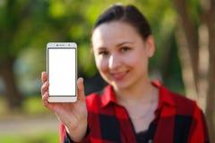 Zako?czenie up kobieta pokazuje pustego pionowo telefonu ekran na ulicie obraz royalty free