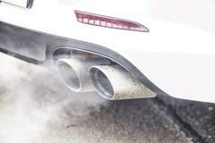 Zakończenie up na drymby rury wydechowej samochodowej dymnej emisi Zdjęcia Royalty Free