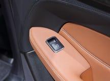 Zakończenie up nadokienna drzwi zmiana na salowym samochodowym panelu Fotografia Royalty Free