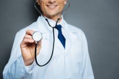 Zakończenie up samiec lekarki mienia blenda stetoskop Zdjęcie Stock