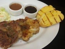 Zakończenie, wieprzowina stek z czarnym pepper& x28; odizolowywa na black& x29; Fotografia Royalty Free