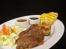 Zakończenie, wieprzowina stek z czarnym pepper& x28; odizolowywa na black& x29; Obrazy Royalty Free