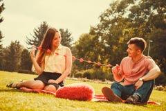 Zakochana para w parku Zdjęcie Royalty Free