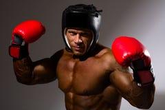 Zakończenie portret młody człowiek z bokserskim hełmem Fotografia Royalty Free
