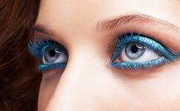 Zakończenie strzał kobieta przygląda się błękitnego makijaż Fotografia Stock