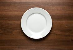 Opróżnia talerza przy stołem Zdjęcie Royalty Free