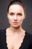 Zakończenie w górę portreta elegancka brunetki kobieta z nagą postacią uzupełniał Zdjęcia Royalty Free