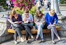 Zakopane, Πολωνία - 24 Αυγούστου 2015: Κορίτσια που διαβάζουν τα βιβλία Στοκ Φωτογραφίες