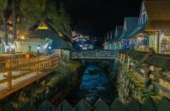 ZAKOPANE, ПОЛЬША - 2016: Улица Krupowki в заводи на ноче Стоковое Фото