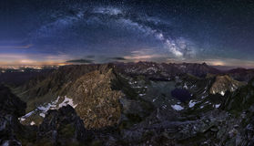 Zakopane en Polonia en la noche del pico Swinica de Tatras Fotos de archivo