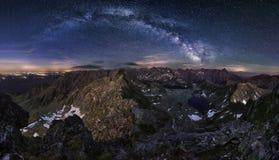 Zakopane i Polen på natten från det Tatras maximumet Swinica Arkivfoton