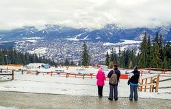 Zakopane, Polônia - 5 de fevereiro de 2017: Os turistas estão apreciando o panorama da cidade de Zakopane no inverno Foto de Stock Royalty Free