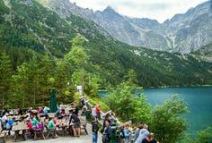 Zakopane, Polen - Augustus 23, 2015: Mensen die (heeft snack) eten dichtbij Oog van het Overzeese meer polen Royalty-vrije Stock Afbeelding