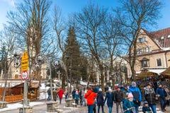 Zakopane, Polen - 22. Februar 2019 Eine Menge von Leuten geht entlang Krupowki-Straße an einem Wintertag Krupowki-Straße ist stockbild