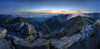 Zakopane in Polen nachts von Tatras-Spitze Swinica stockfotos