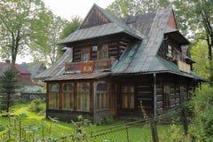 ZAKOPANE POLEN - SEPTEMBER 15, 2014: Trähus i Zakopane Tatras berg Fotografering för Bildbyråer