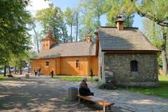 ZAKOPANE POLEN - SEPTEMBER 15, 2014: Träkyrka av Czestochowa Zakopane, Tatras berg Arkivfoton