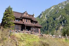 ZAKOPANE, POLONIA - 5 DE OCTUBRE DE 2018 Refugio de madera en el lago Morskie Oko cerca de Zakopane en las montañas de Tatra fotografía de archivo libre de regalías