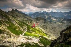 Zakopane, Polonia-julio 4,2015: Servicio de rescate de la montaña del helicóptero i Fotos de archivo