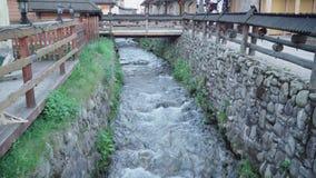 Zakopane, Polonia R?o de la monta?a en la ciudad metrajes