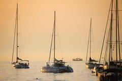 Zakotwiczać żaglówki przy zmierzchem w Adriatyckim morzu Zdjęcia Stock