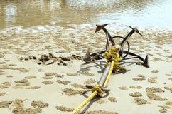 Zakotwiczająca łódź na plaży - Akcyjny wizerunek zdjęcie stock
