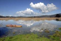 Zakotwiczająca łódź przy naturalnym krajobrazem Obrazy Royalty Free